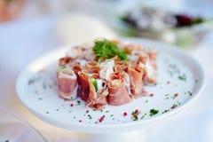 El jamón delicioso rueda con las verduras servidas en un partido o una recepción nupcial Foto de archivo