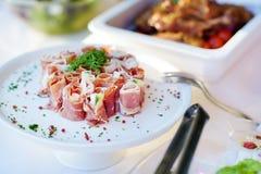 El jamón delicioso rueda con las verduras servidas en un partido o una recepción nupcial Imágenes de archivo libres de regalías