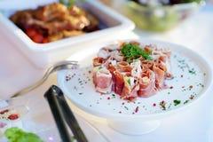 El jamón delicioso rueda con las verduras servidas en un partido o una recepción nupcial Fotos de archivo libres de regalías