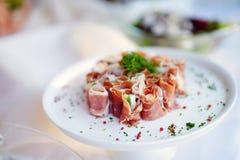 El jamón delicioso rueda con las verduras servidas en un partido o una recepción nupcial Imagen de archivo
