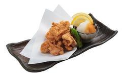 El japonés aislado frió el pollo que Karaage con cocinar el papel servido con la mezcla de Tentsuyu de la salsa del tempura pica  Imágenes de archivo libres de regalías