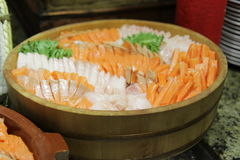 El japonés clasificó el sashimi fresco sabroso fijado en la bandeja foto de archivo