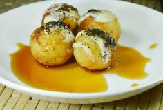 El japonés de Takoyaki frió el calamar relleno bola de masa hervida que vestía la alga marina triturada desmoche de la mayonesa q Imágenes de archivo libres de regalías