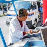 El japonés mayor no identificado vende el helado en Nagasaki Chinatown Imagenes de archivo