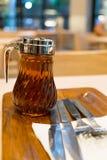 El jarabe de arce en dispensador se prepara para las crepes Imagen de archivo libre de regalías