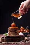 El jarabe de manzanas chinas atasca la colada en la pila de crepes de la castaña Imagenes de archivo