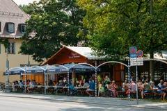 El jardín bávaro apretado de la cerveza en el verano con el un montón de cerveza y de bocados sirvió fotos de archivo