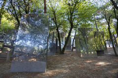 El jardín de espejos en Parc foto de archivo