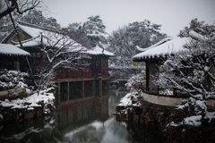 El jardín del administrador humilde en la nieve, Suzhou antiguo, China fotos de archivo libres de regalías
