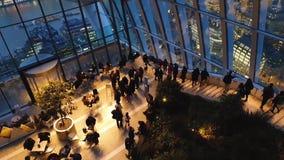 El jardín del cielo en Londres con los turistas y el horizonte de Londres, Londres, Reino Unido metrajes