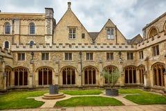 El jardín del claustro de la catedral de la iglesia de Cristo Universidad de Oxford inglaterra foto de archivo