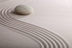 El jardín japonés del zen rastrilló la meditación de piedra de la arena Imágenes de archivo libres de regalías