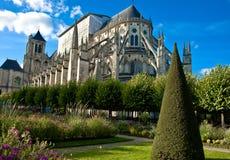 El jardín y la catedral, Bourges, Francia imágenes de archivo libres de regalías