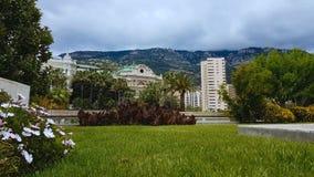El jardín y los edificios hermosos acercan al casino magnífico en Monte Carlo, Mónaco metrajes