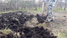 El jardinero cava el jardín Cultive el suelo almacen de video