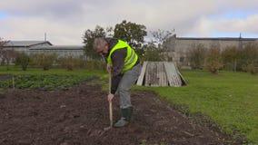 El jardinero cava el suelo con la espada metrajes