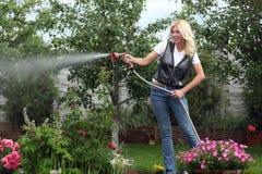 El jardinero de la mujer Imagen de archivo