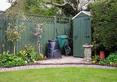 El jardín vertió en un jardín inglés con el compartimiento de estiércol vegetal Fotos de archivo