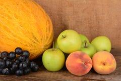 El jarro y frutas, aún vida del viejo alfarero Foto de archivo