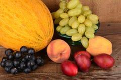 El jarro y frutas, aún vida del viejo alfarero Foto de archivo libre de regalías