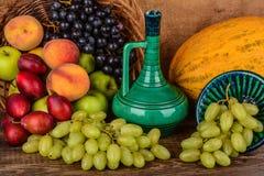 El jarro y frutas, aún vida del viejo alfarero Imagen de archivo