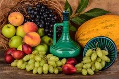 El jarro y frutas coloridas, aún vida del viejo alfarero Imagenes de archivo