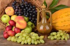 El jarro y frutas coloridas, aún vida del viejo alfarero Fotografía de archivo