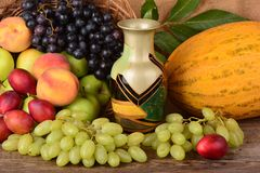 El jarro y frutas coloridas, aún vida del viejo alfarero Fotografía de archivo libre de regalías