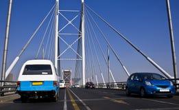 El Jaywalking a través del puente de Nelson Mandela Foto de archivo libre de regalías