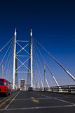 El Jaywalking a través del puente de Nelson Mandela Fotografía de archivo libre de regalías