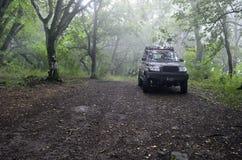 El jeep en el bosque brumoso Imagen de archivo