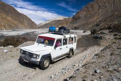 El jeep es el medio de transporte primario en el pueblo de Jomsom Fotos de archivo libres de regalías