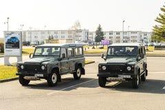 El jeep militar de Land Rover de dos vigipirate parqueó en el Entzheim A Foto de archivo libre de regalías
