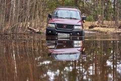 El jeep supera un vado de la barrera de agua imagenes de archivo