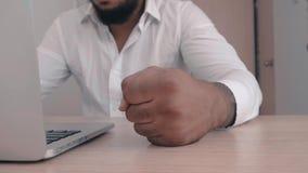 El jefe afroamericano enojado bate su puño en la tabla Amenaza de la violencia El jefe muestra la agresión almacen de video