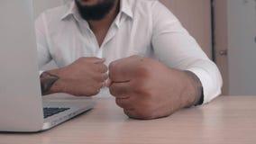 El jefe afroamericano enojado bate su puño en la tabla Amenaza de la violencia El jefe muestra la agresión metrajes