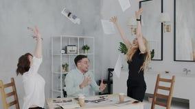 El jefe consigue la aprobación para un paquete grande de la inversión Gente emocionada que disfruta de buenas noticias Metas de n almacen de metraje de vídeo