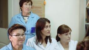 El jefe de la clínica médica conduce una conferencia en el departamento del hospital con el personal del hospital metrajes