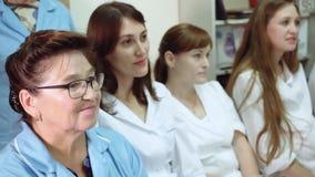 El jefe de la clínica médica conduce una conferencia en el departamento del hospital con el personal del hospital almacen de metraje de vídeo