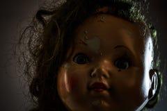 El jefe de la muñeca asustadiza hermosa le gusta película de terror Imagenes de archivo