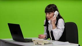 El jefe de la mujer regaña a los subordinados por el teléfono estudio metrajes