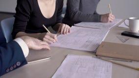 El jefe del proyecto de construcción aprueba el trabajo del ingeniero y del arquitecto metrajes