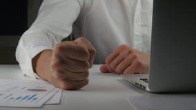 El jefe enojado bate su puño en la tabla Amenaza de la violencia El jefe muestra la agresión El oficinista malvado bate su puño metrajes