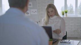 El jefe femenino acertado joven se entrevista con a un hombre en su oficina Concepto del ?xito de asunto 4K almacen de metraje de vídeo