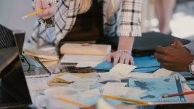 El jefe femenino confiado en la reunión de compañía principal del traje formal, colegas funciona con los documentos en el prim almacen de metraje de vídeo