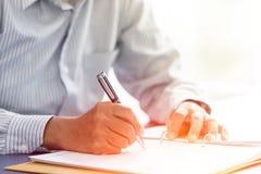 El jefe mayor del negocio firma la mano del primer del contrato escribe en el informe de papel imágenes de archivo libres de regalías