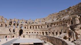 EL Jem, Túnez - 10 de junio de 2018: arquitectura del interior gordiano del anfiteatro viejo Antigüedad que visita de la gente tu metrajes