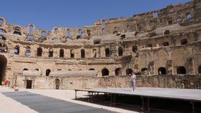 EL Jem, Tunísia - 10 de junho de 2018: vista panorâmica Gordian do anfiteatro inacabado antigo para dentro Povos do turista que a filme