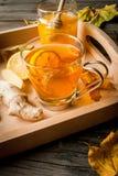 El jengibre y el limón que se calentaban condimentaron la bebida o el té caliente fotografía de archivo libre de regalías