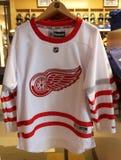 El jersey de los Detroit Red Wings en la exhibición en la tienda del NHL Imagen de archivo